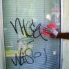 Okno pred použitím utierok pre odstránenie graffiti.